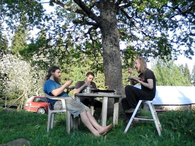 Having dinner under the oak